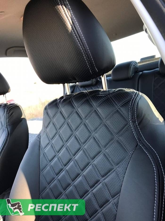 Черные авточехлы из экокожи на Lada Vesta 2018г. с дизайном 'двойные квадраты' и двойной декоративной строчкой серыми нитками производства Респект