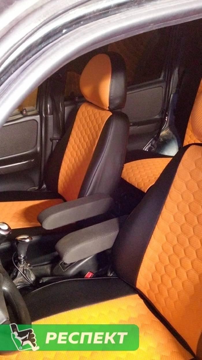 Черно-оранжевые авточехлы из экокожи на Chevrolet Niva 2008г. с дизайном 'маленькие соты' без декоративных строчек производства Респект