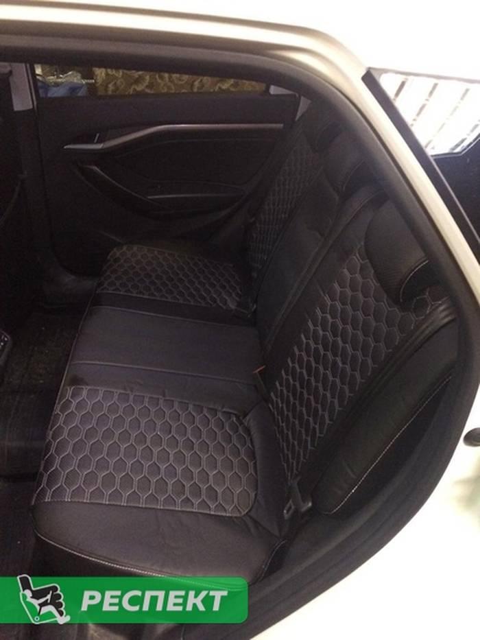 Черные авточехлы из экокожи на Lada Vesta 2018г. с дизайном 'соты' и одинарной декоративной строчкой белыми нитками производства Респект