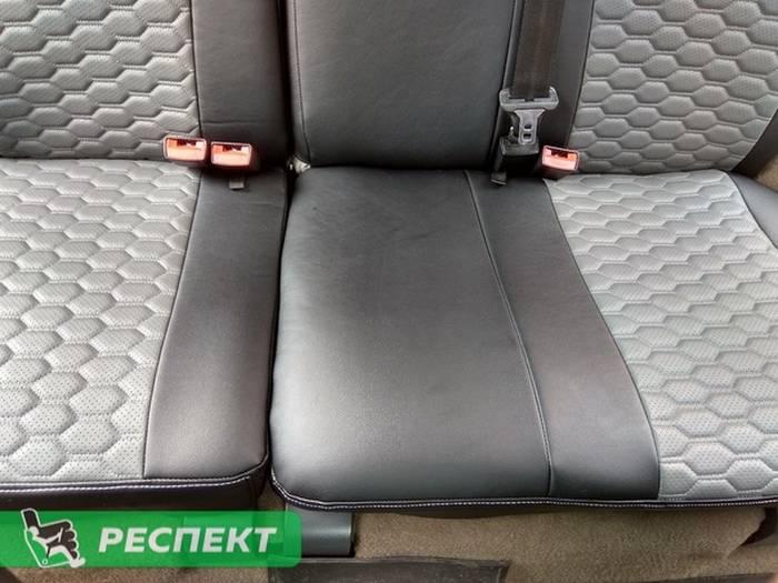 Черно-серые авточехлы из экокожи на Lada Kalina 2007г. с дизайном 'соты' и одинарной декоративной строчкой белыми нитками производства Респект