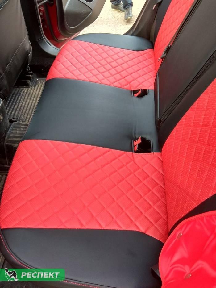 Черно-красные авточехлы из экокожи на Opel Astra J 2012г. с дизайном 'квадраты' и одинарной декоративной строчкой красными нитками производства Респект