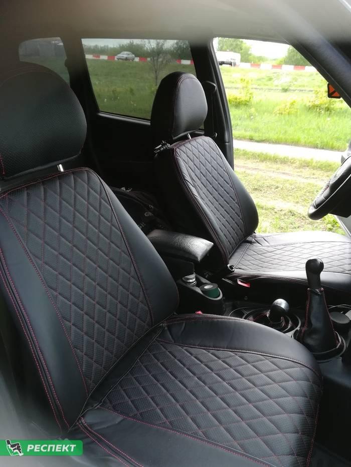 Черные авточехлы из экокожи на Chevrolet Niva 2010г. с дизайном 'ромбы' и двойной декоративной строчкой красными нитками производства Респект