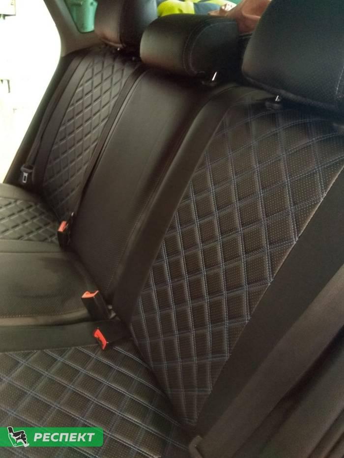Черные авточехлы из экокожи на Volkswagen Polo 2016г. с дизайном 'двойные квадраты' и двойной декоративной строчкой синими нитками производства Респект