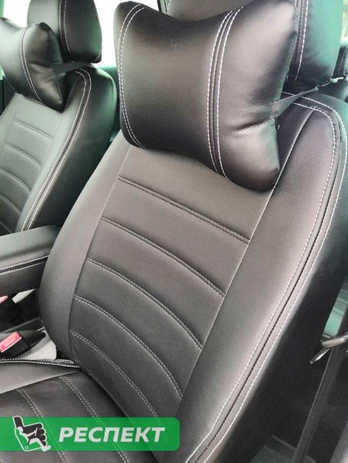 Черные авточехлы из экокожи на Volkswagen Polo 2017г. с дизайном 'двойные горизонтальные полосы' и двойной декоративной строчкой белыми нитками производства Респект