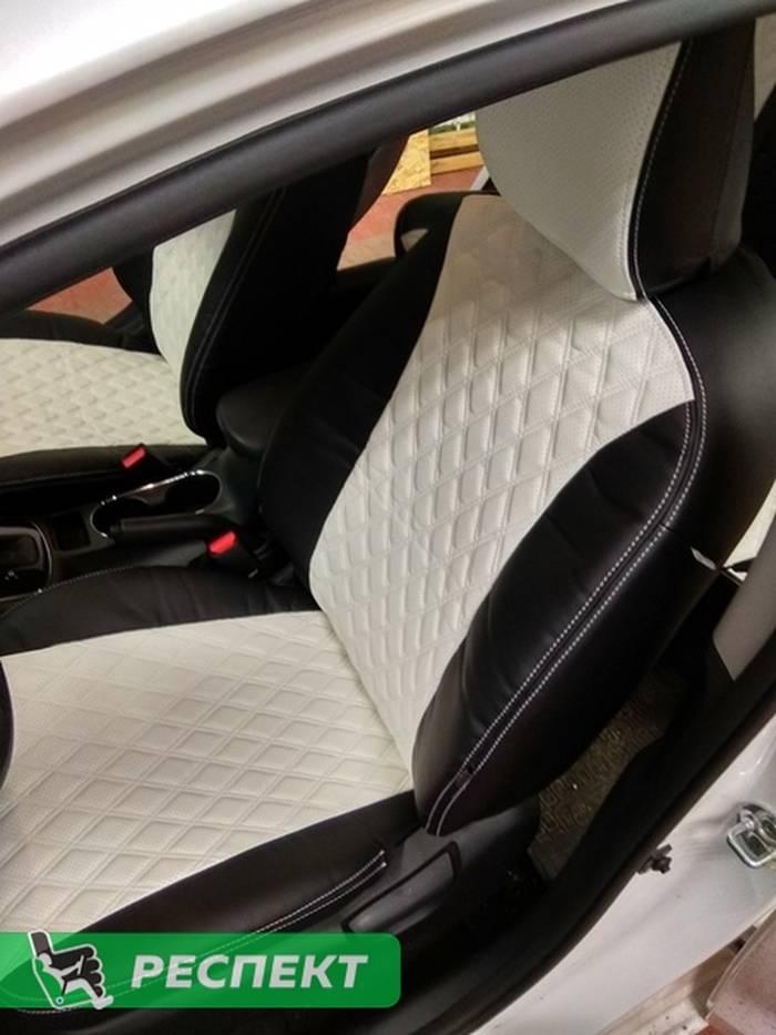 Черно-белые авточехлы из экокожи на Kia Cerato 2018г. с дизайном 'двойные ромбы' и двойной декоративной строчкой производства Респект