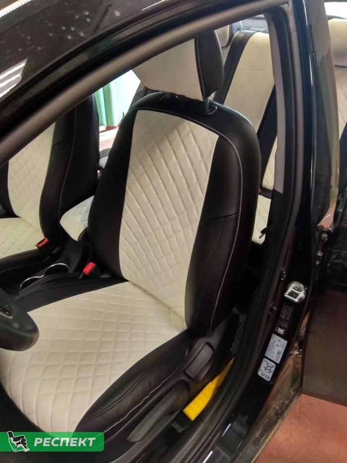 Черно-белые авточехлы из экокожи на Hyundai Solaris 2019г. с дизайном 'квадраты' и одинарной декоративной строчкой белыми нитками производства Респект