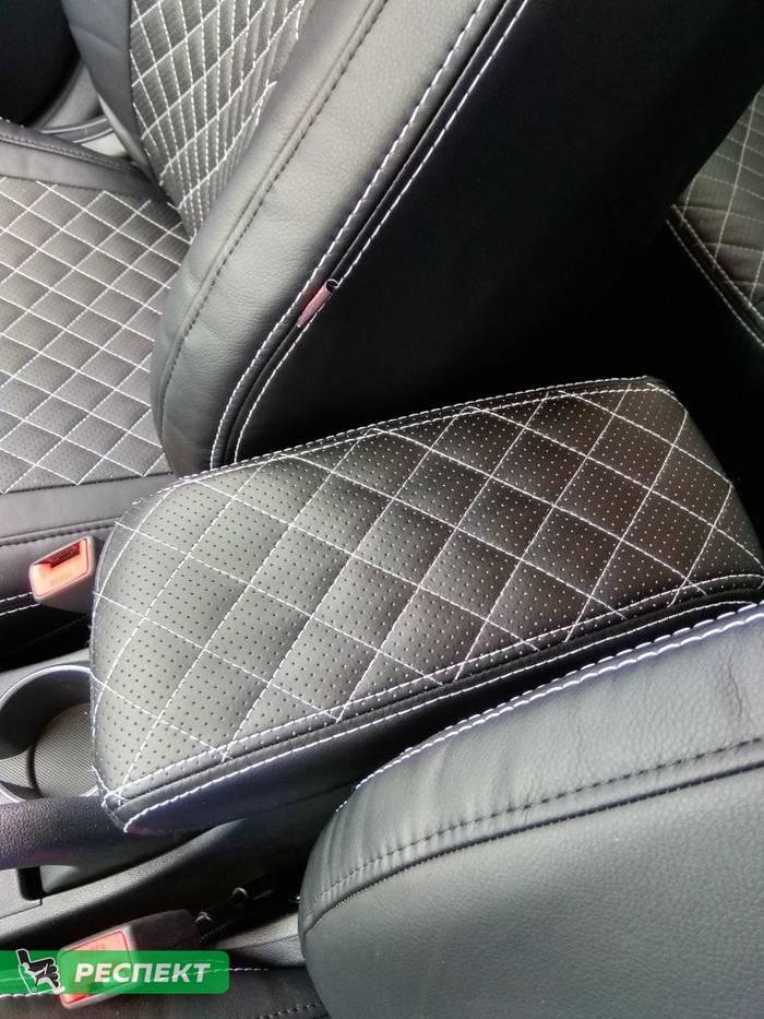 Черные авточехлы из экокожи на Hyundai Solaris 2019г. с дизайном 'мелкие квадраты' и двойной декоративной строчкой белыми нитками производства Респект