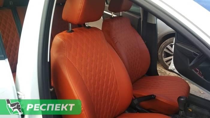 Светлокоричневые авточехлы из экокожи на Lada Vesta 2018г. с дизайном 'двойные ромбы' и одинарной декоративной строчкой оранжевыми нитками производства Респект