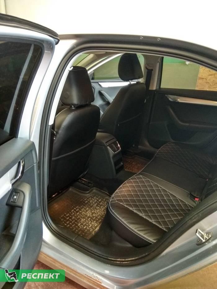Черные авточехлы из экокожи на Skoda Octavia A7 2013г. с дизайном 'квадраты' и двойной декоративной строчкой белыми нитками производства Респект