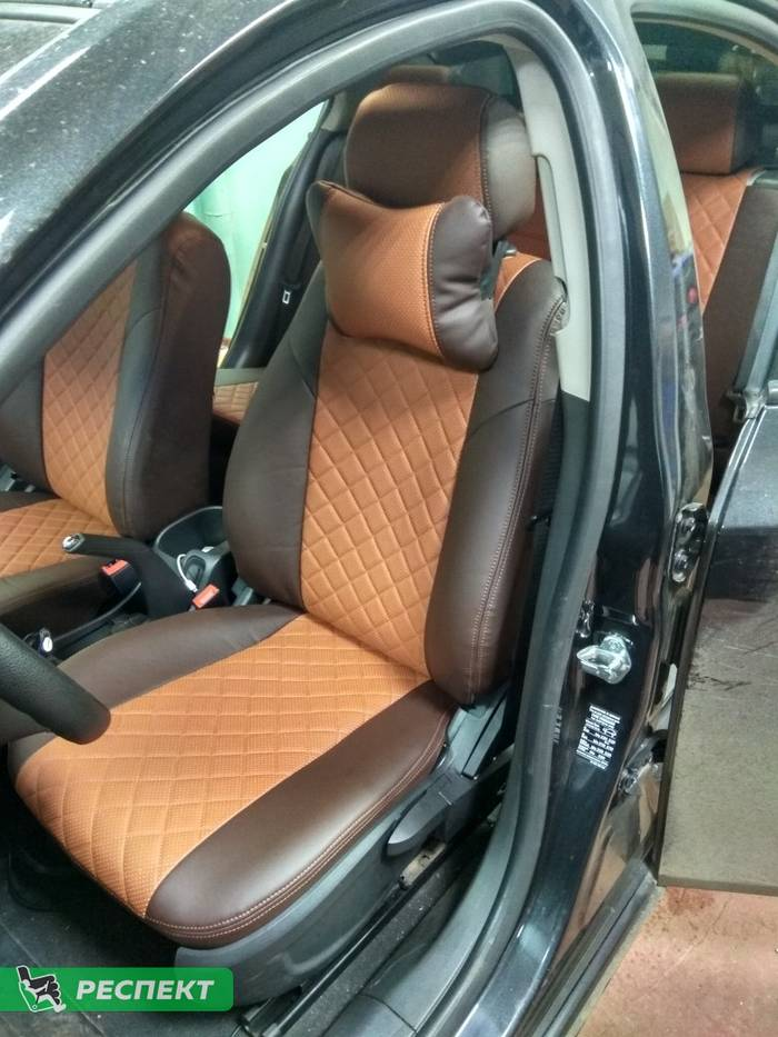 Коричневые авточехлы из экокожи на Chevrolet Cruze 2012г. с дизайном 'квадраты' и двойной декоративной строчкой производства Респект