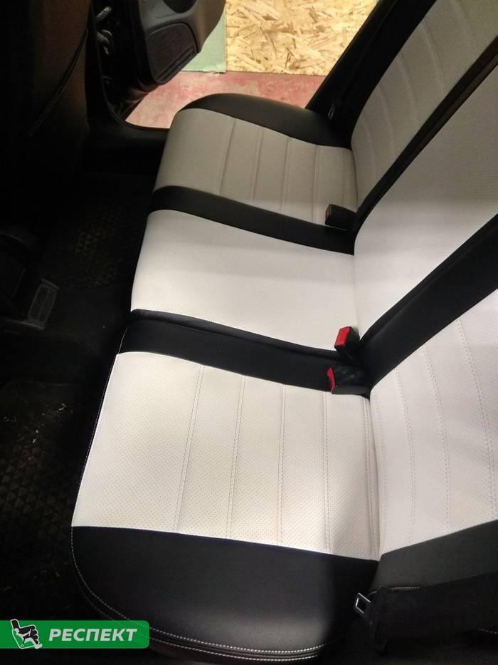 Черно-белые авточехлы из экокожи на Volkswagen Polo 2018г. с дизайном 'двойные горизонтальные полосы' и двойной декоративной строчкой производства Респект