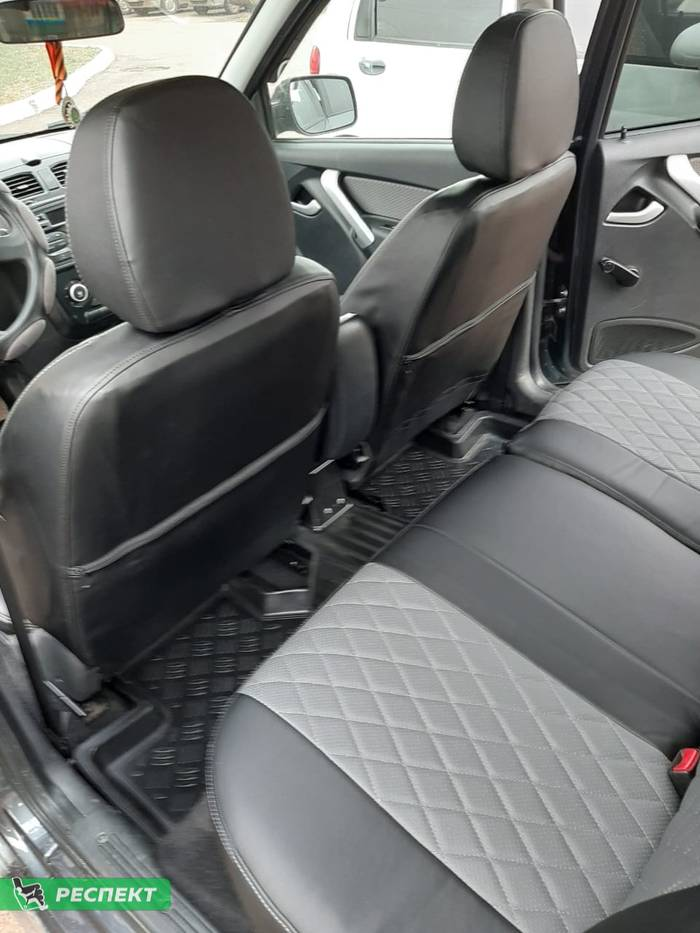 Черно-серые авточехлы из экокожи на Lada Kalina Cross 2018г. с дизайном 'ромбы' и одинарной декоративной строчкой серыми нитками производства Респект