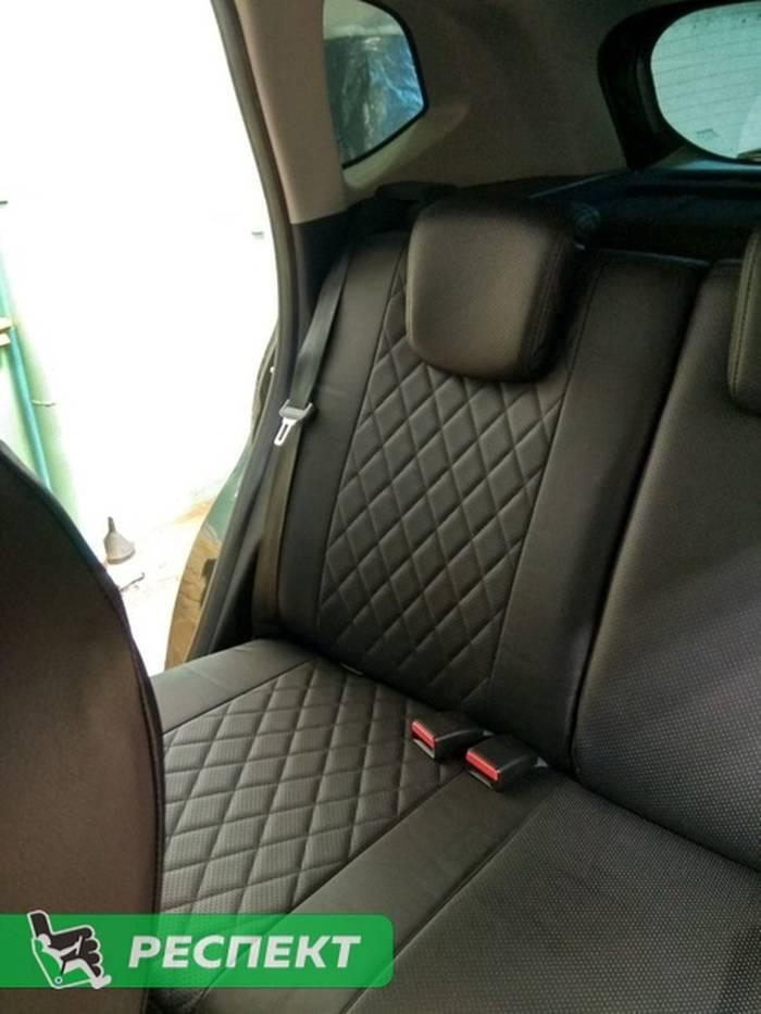 Черные авточехлы из экокожи на Renault Kaptur 2018г. с дизайном 'ромбы' и одинарной декоративной строчкой черными нитками производства Респект