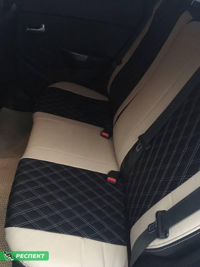 Черно-бежевые авточехлы из экокожи на Kia Rio 2016г. с дизайном 'двойные ромбы' и двойной декоративной строчкой производства Респект