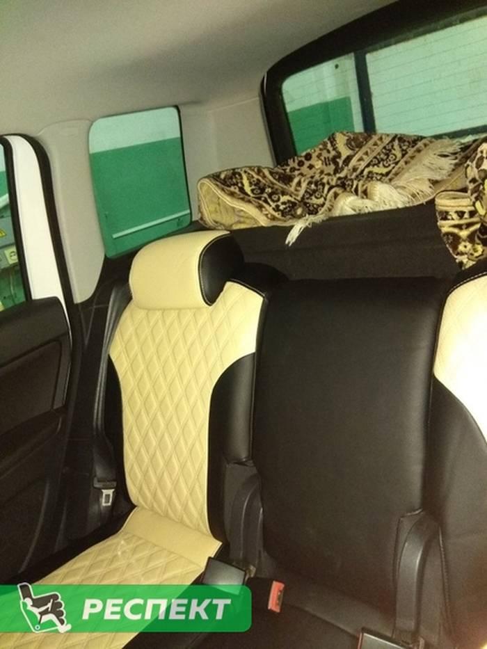Черно-бежевые авточехлы из экокожи на Skoda Yeti 2011г. с дизайном 'двойные ромбы' и одинарной декоративной строчкой бежевыми нитками производства Респект