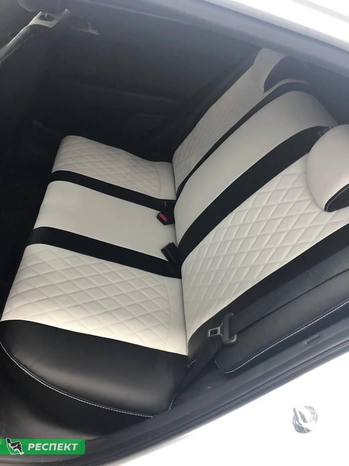 Черно-белые авточехлы из экокожи на Hyundai Creta 2019г. с дизайном 'ромбы' и одинарной декоративной строчкой белыми нитками производства Респект