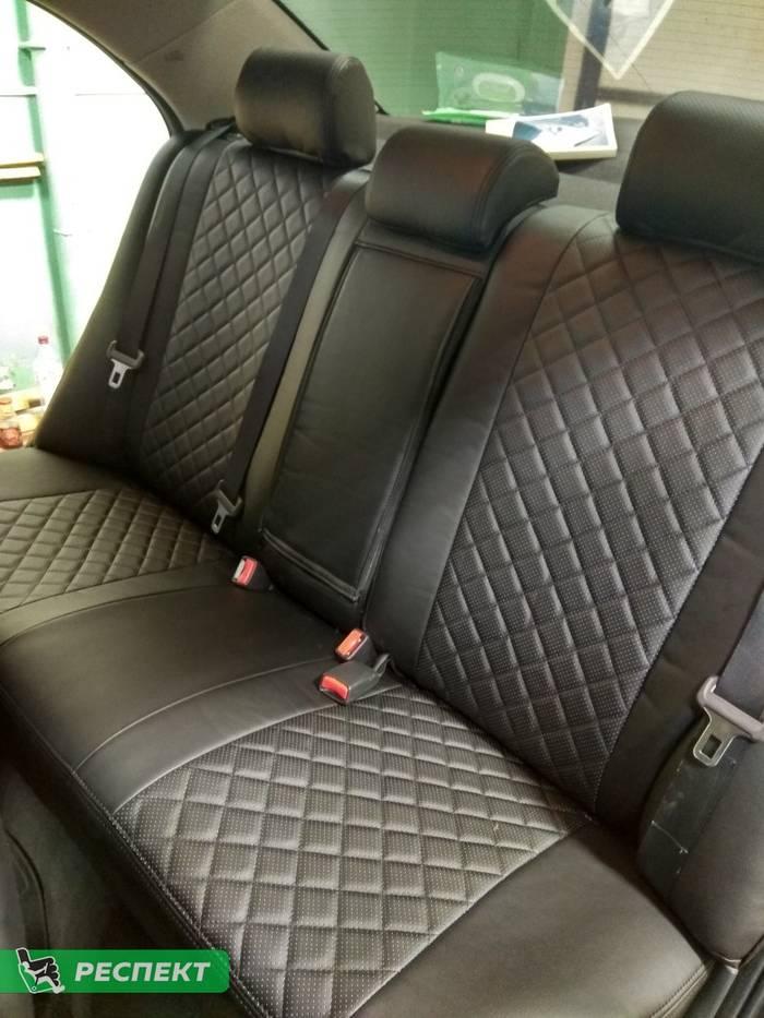 Черные авточехлы из экокожи на Toyota Avensis 2008г. с дизайном 'квадраты' и двойной декоративной строчкой черными нитками производства Респект