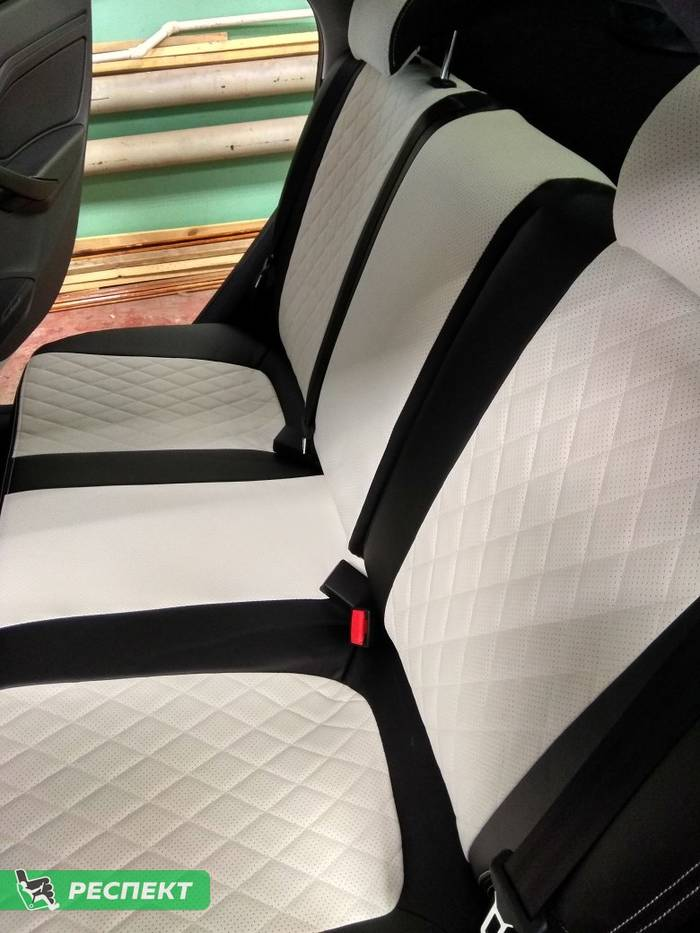 Черно-белые авточехлы из экокожи на Lada Vesta 2019г. с дизайном 'ромбы' и двойной декоративной строчкой производства Респект
