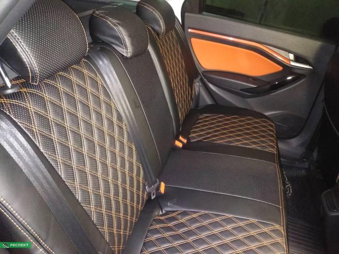 Черные авточехлы из экокожи на Lada Vesta 2019г. с дизайном 'двойные ромбы' и двойной декоративной строчкой оранжевыми нитками производства Респект