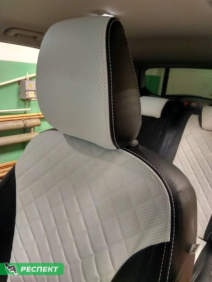 Черно-белые авточехлы из экокожи на Ford Kuga 2017г. с дизайном 'квадраты' и двойной декоративной строчкой белыми нитками производства Респект