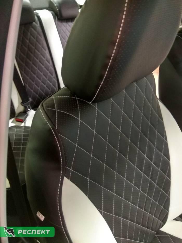 Черно-белые авточехлы из экокожи на Lada Vesta 2019г. с дизайном 'ромбы' и одинарной декоративной строчкой белыми нитками производства Респект