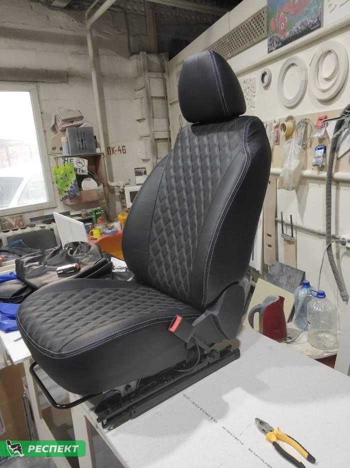 Черные авточехлы из экокожи на Lada Vesta 2019г. с дизайном 'двойные ромбы' и двойной декоративной строчкой светло-серыми нитками производства Респект
