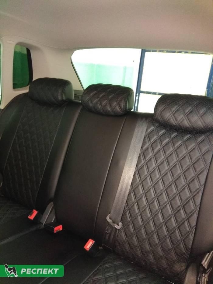 Черные авточехлы из экокожи на Volkswagen Tiguan 2007г. с дизайном 'двойные ромбы' и двойной декоративной строчкой черными нитками производства Респект