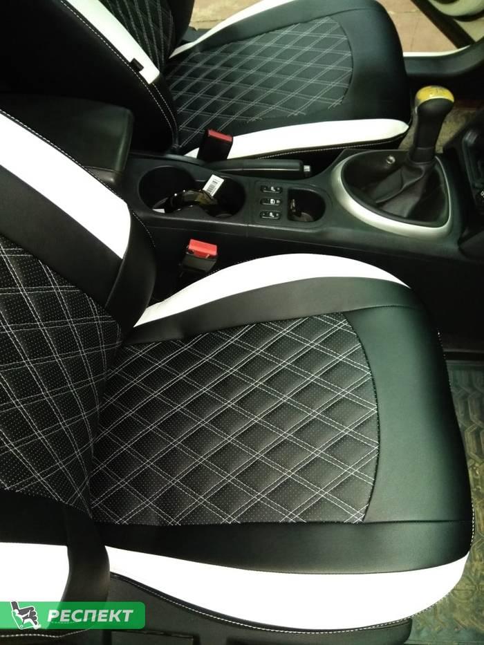 Черно-белые авточехлы из экокожи на Nissan Qashqai 2015г. с дизайном 'двойные ромбы' и двойной декоративной строчкой производства Респект
