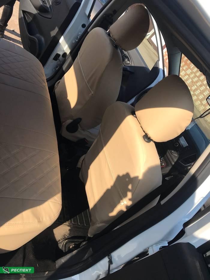 Бежевые авточехлы из экокожи на Lada X-Ray 2018г. с дизайном 'двойные квадраты' и двойной декоративной строчкой производства Респект