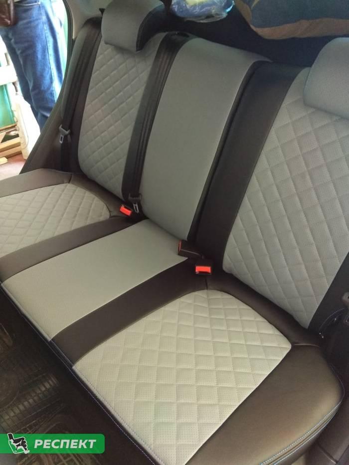 Черно-серые авточехлы из экокожи на Lada Vesta 2020г. с дизайном 'квадраты' и двойной декоративной строчкой производства Респект