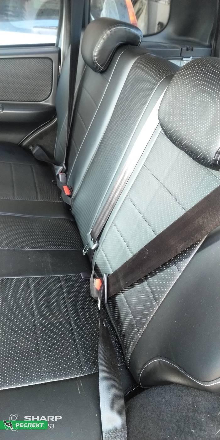Черные авточехлы из экокожи на Chevrolet Niva 2019г. с дизайном 'обычный' и одинарной декоративной строчкой серыми нитками производства Респект
