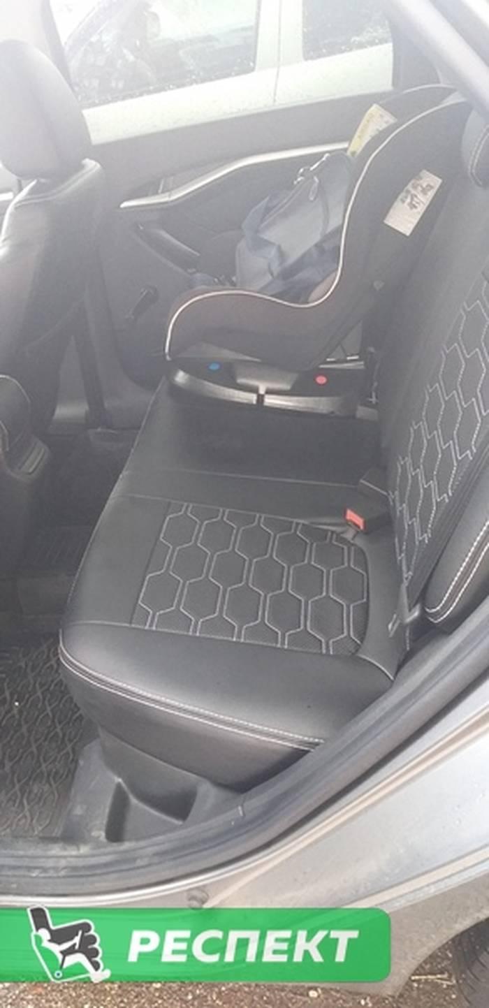 Черные авточехлы из экокожи на Lada Vesta 2020г. с дизайном 'большие соты' и двойной декоративной строчкой белыми нитками производства Респект