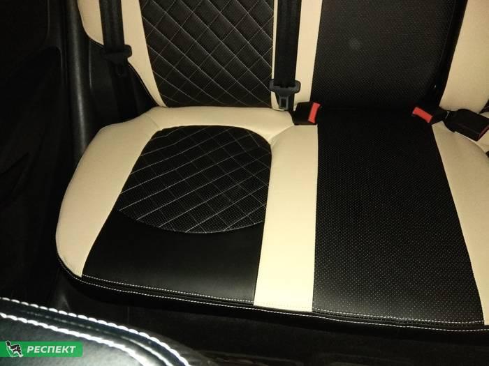 Черно-бежевые авточехлы из экокожи на Lada Vesta 2019г. с дизайном 'двойные ромбы' и двойной декоративной строчкой производства Респект