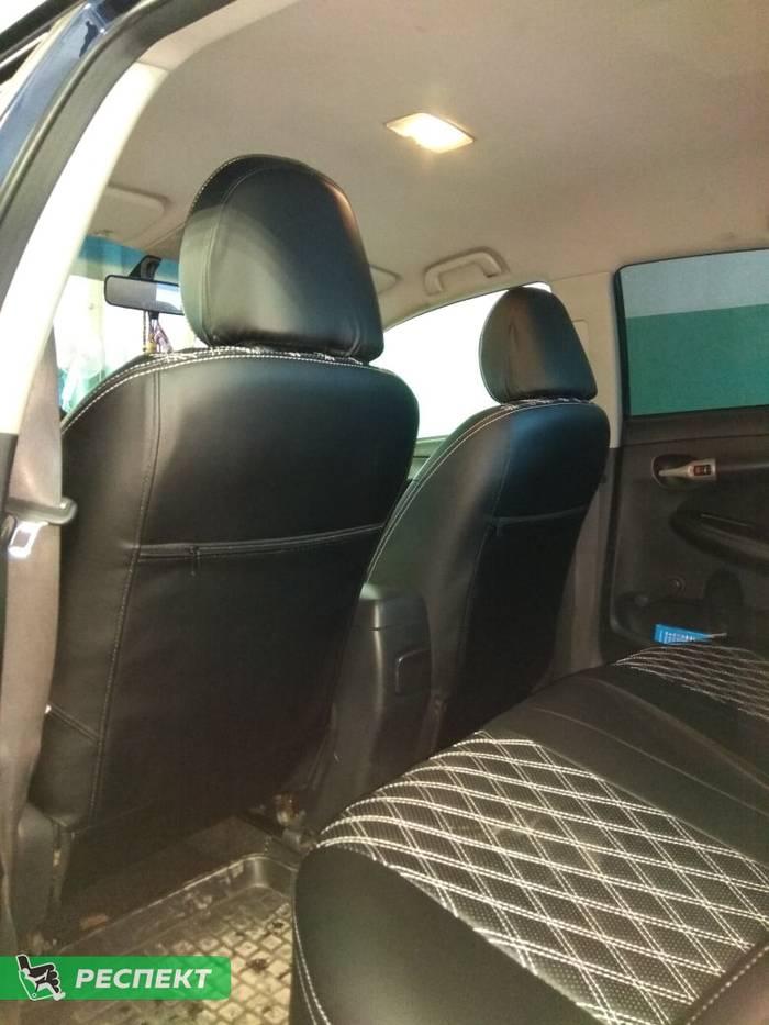 Черные авточехлы из экокожи на Toyota Corolla 2012 (Е140/150)г. с дизайном 'двойные ромбы' и двойной декоративной строчкой белыми нитками производства Респект