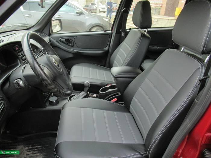 Черно-серые авточехлы из экокожи на Chevrolet Niva 2010г. с дизайном 'двойные горизонтальные полосы' и двойной декоративной строчкой производства Респект