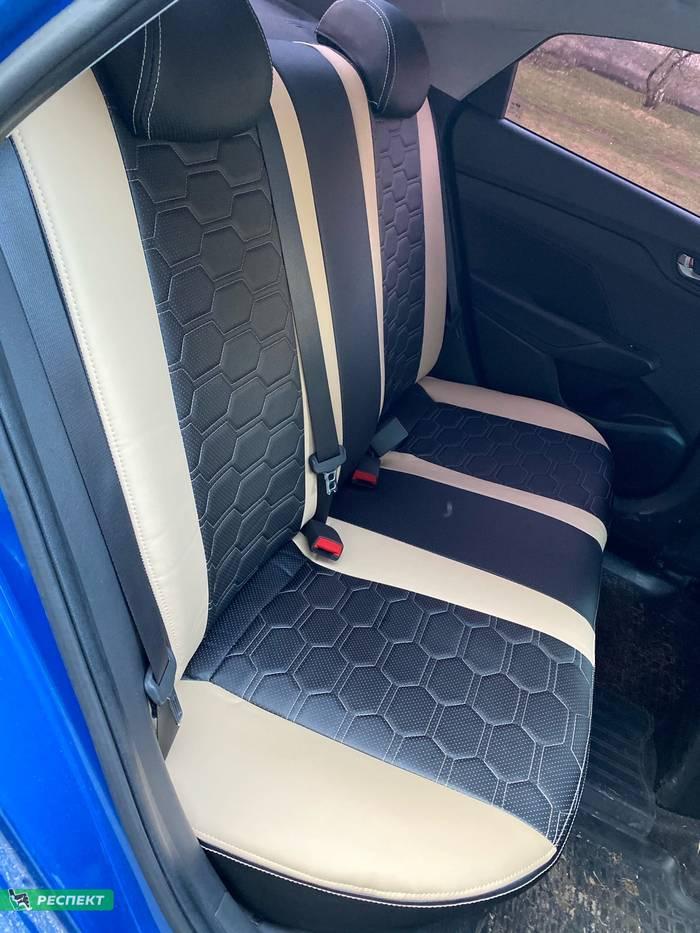 Черно-бежевые авточехлы из экокожи на Hyundai Solaris 2019г. с дизайном 'большие соты' и двойной декоративной строчкой производства Респект