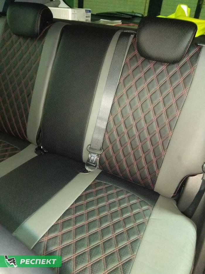Черно-серые авточехлы из экокожи на Hyundai Creta 2019г. с дизайном 'двойные ромбы' и одинарной декоративной строчкой красными нитками производства Респект