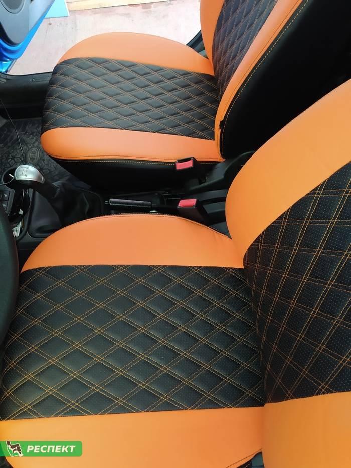 Черно-оранжевые авточехлы из экокожи на Lada Kalina Cross 2018г. с дизайном 'двойные ромбы' и двойной декоративной строчкой производства Респект