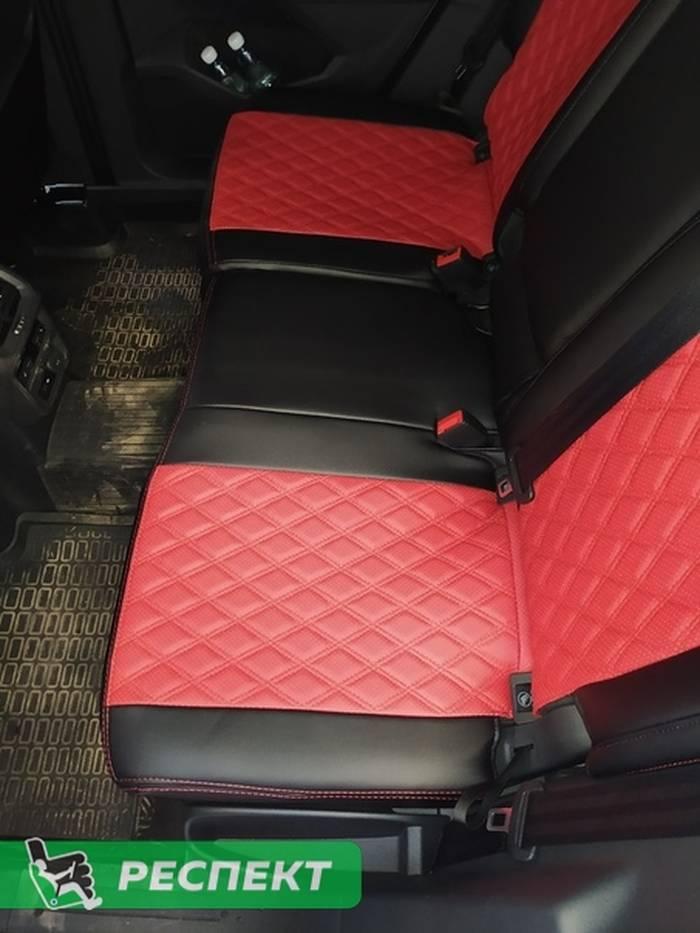 Черно-красные авточехлы из экокожи на Volkswagen Tiguan 2018г. с дизайном 'двойные ромбы' и двойной декоративной строчкой производства Респект