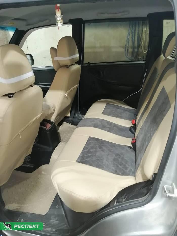 Бежевые авточехлы из экокожи на Chevrolet Niva 2015г. с дизайном 'двойные ромбы' и двойной декоративной строчкой производства Респект