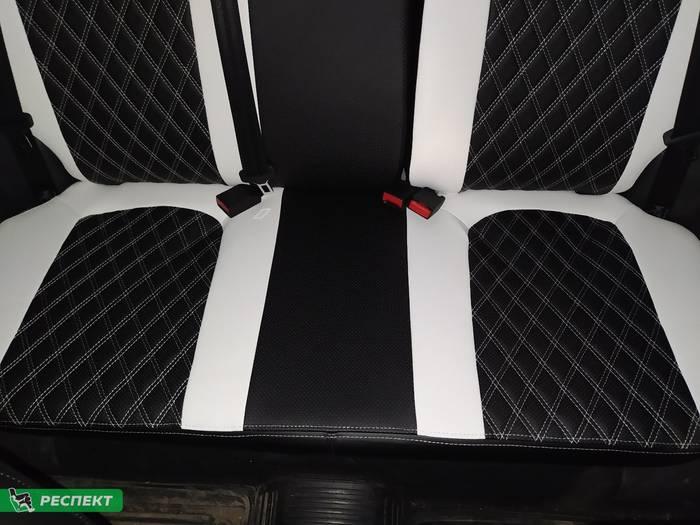 Черно-белые авточехлы из экокожи на Lada Vesta 2019г. с дизайном 'двойные ромбы' и двойной декоративной строчкой производства Респект