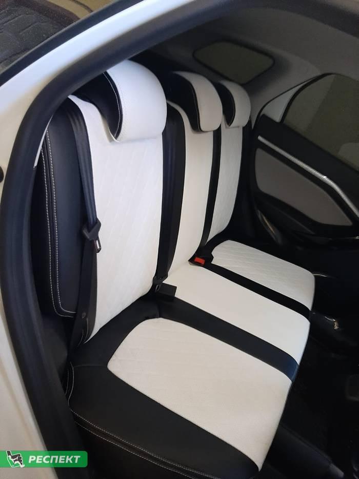 Черно-белые авточехлы из экокожи на Lada Vesta 2020г. с дизайном 'ромбы' и двойной декоративной строчкой производства Респект