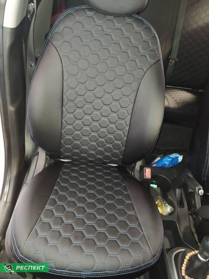 Черные авточехлы из экокожи на Hyundai Solaris 2012г. с дизайном 'пузыри' и двойной декоративной строчкой синими нитками производства Респект