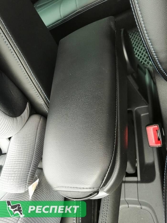 Черные авточехлы из экокожи на Volkswagen Polo 2020г. с дизайном 'обычный' и двойной декоративной строчкой синими нитками производства Респект