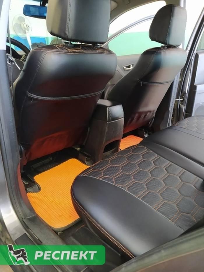 Черные авточехлы из экокожи на Ssang Yong 2012г. с дизайном 'большие соты' и двойной декоративной строчкой оранжевыми нитками производства Респект