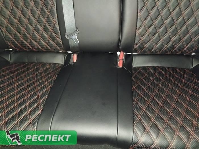Черные авточехлы из экокожи на Kia Cerato 2019г. с дизайном 'двойные ромбы' и двойной декоративной строчкой красными нитками производства Респект