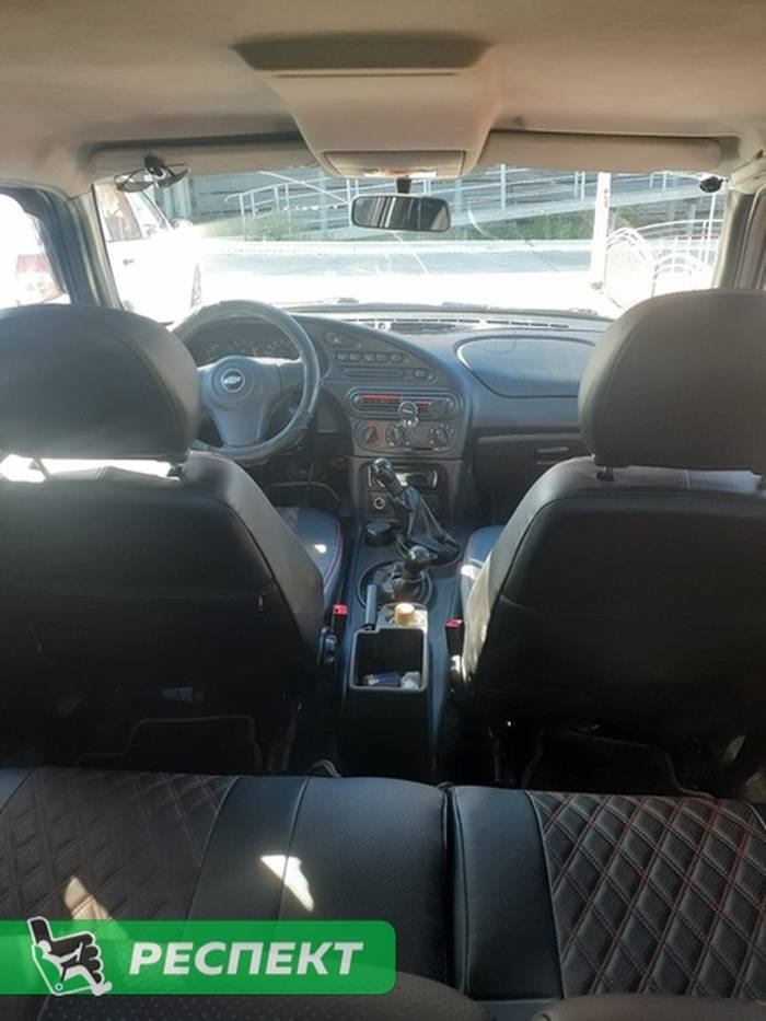 Черные авточехлы из экокожи на Chevrolet Niva 2010г. с дизайном 'двойные ромбы' и двойной декоративной строчкой красными нитками производства Респект