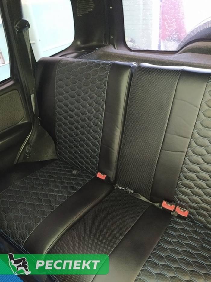 Черные авточехлы из экокожи на Chevrolet Niva 2011г. с дизайном 'маленькие соты' и двойной декоративной строчкой синими нитками производства Респект