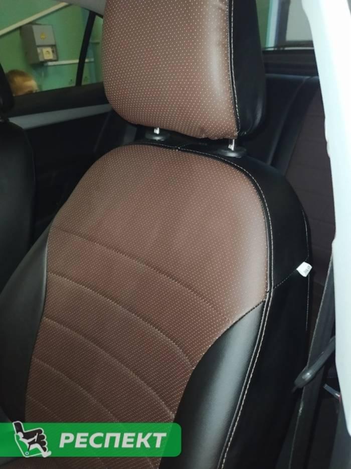 Черно-тёмнокоричневые авточехлы из экокожи на Skoda Octavia A7 2018г. с дизайном 'обычный' и одинарной декоративной строчкой коричневыми нитками производства Респект