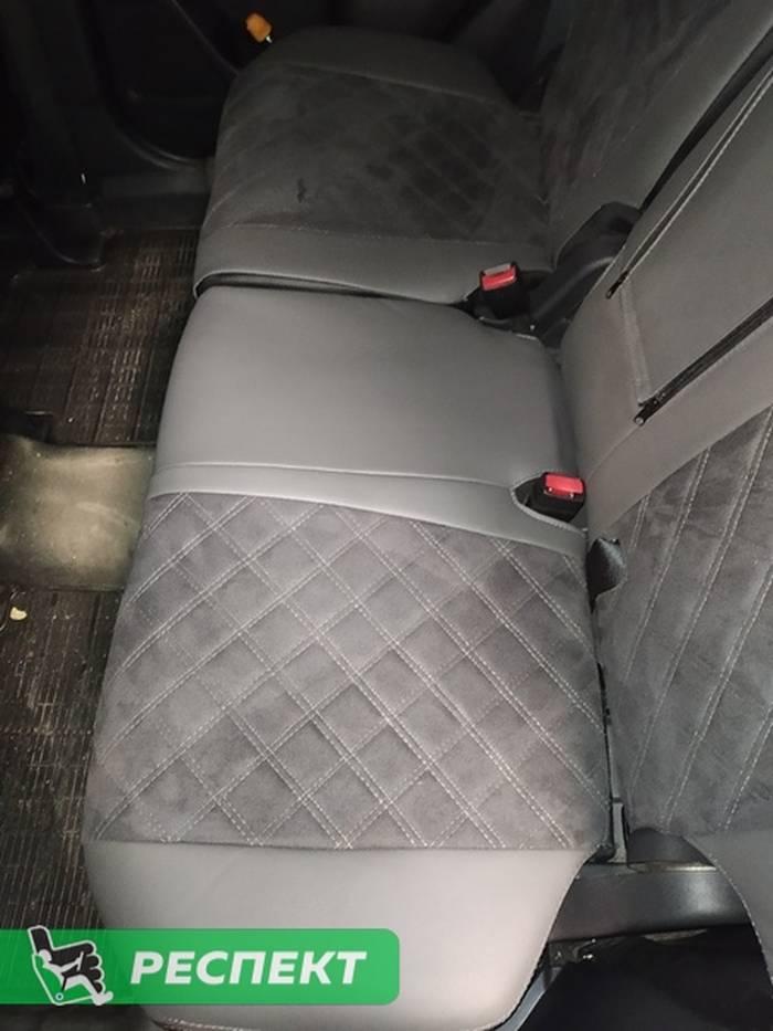Черно-серые авточехлы из экокожи на Mitsubishi Outlander 2018г. с дизайном 'двойные квадраты' и двойной декоративной строчкой серыми нитками производства Респект
